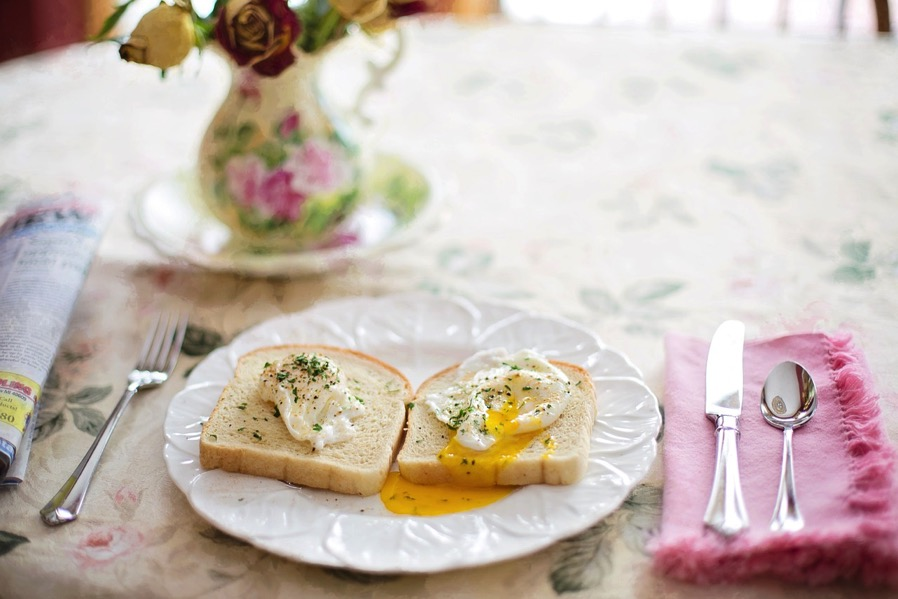 Poached eggs on toast 739401 1280